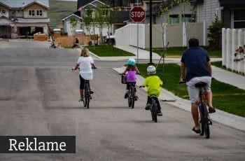 hele familien på cykeltur sammen